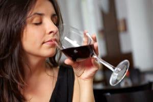 Frau verkostet Glas Rotwein