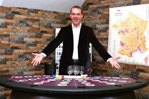 Sommelier à la table du Casino des vins